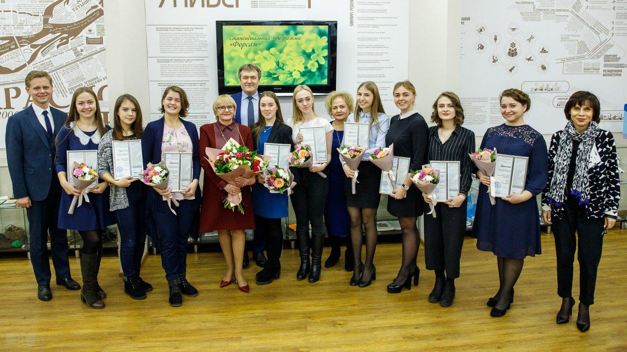 Лауреаты с представителями институтов